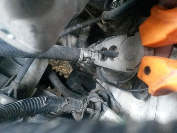 شیلنگ رفت بنزین در هر دو سمت فیلتر بنزین با دو بست فنری به بدنه بسته شده است، بوسیلهی انبر دست و با احتیاط دو بست بالایی را کنار بکشید