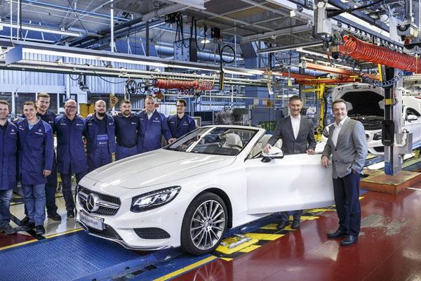 Im Mercedes-Benz Werk Sindelfingen ist das S-Klasse Cabrio angelaufen: Michael Bauer (2.v.r.), Standortverantwortlicher des Werks Sindelfingen, Betriebsrat Ergun Lümali und die Mannschaft in Halle 32 beim ersten Bandablauf des neuen S-Klasse Cabrios. Die sechste Variante der S-Klasse-Familie feierte auf der diesjährigen IAA Weltpremiere und ist gleichzeitig der erste offene Luxus-Viersitzer von Mercedes-Benz seit 1971. Es bietet ein unverwechselbares, sinnliches und exklusives Design, die Spitzentechnik der S-Klasse und ein umfassendes Wärme- und Windschutzkonzept einschließlich einer intelligenten Klimasteuerung für Cabriolets. Für Kunden ist das neue S-Klasse Cabrio ab April 2016 erhältlich. // At the Mercedes-Benz plant Sindelfingen starts the production of the S-Class Cabriolet: Michael Bauer (2nd from right), Site Manager plant Sindelfingen, employee representative Ergun Lümali and the team in Hall 32 during the first job of the new S-Class Cabriolet. The sixth variant of the S-Class family celebrated its world premiere at this year's IAA and is the first open-top luxury four-seater from Mercedes-Benz since 1971. It offers a distinctive, sensual and exclusive design, the cutting-edge technology of the S-Class and a comprehensive warmth and wind protection concept which includes intelligent climate control for convertibles. The new S-Class Cabrio will be available for customers from April 2016 on.