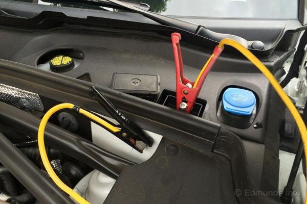 نحوهی اتصال باتری در بعضی از خودروهای جدید با باتری مخفی، تصویر متعلق به پورشه ماکان S است